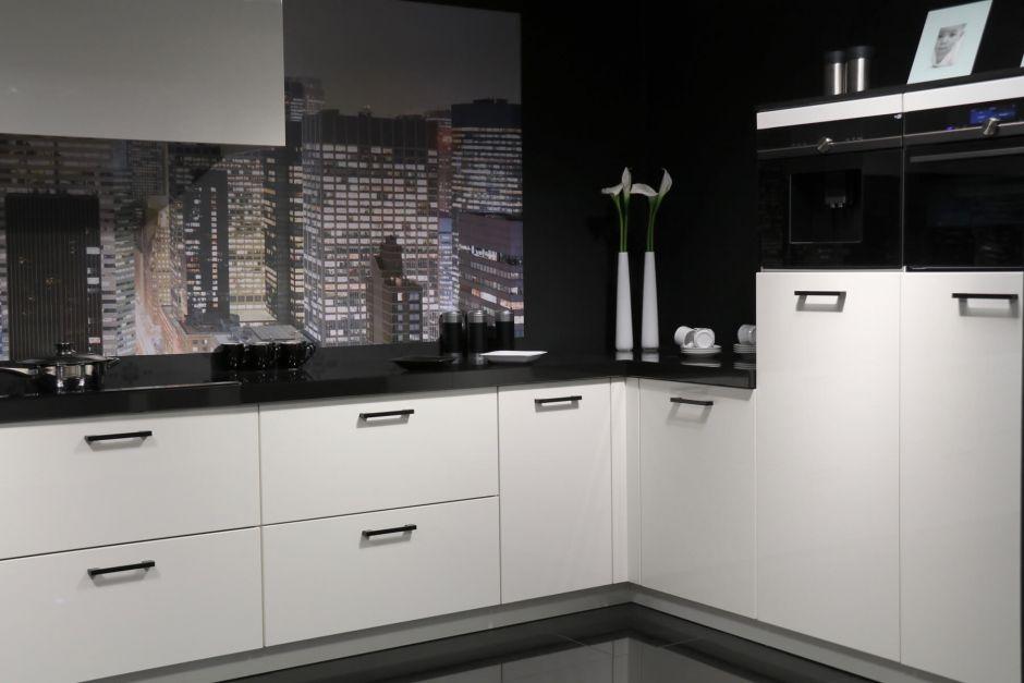 Moderne keuken in U-opsteling zwart wit hoogglans
