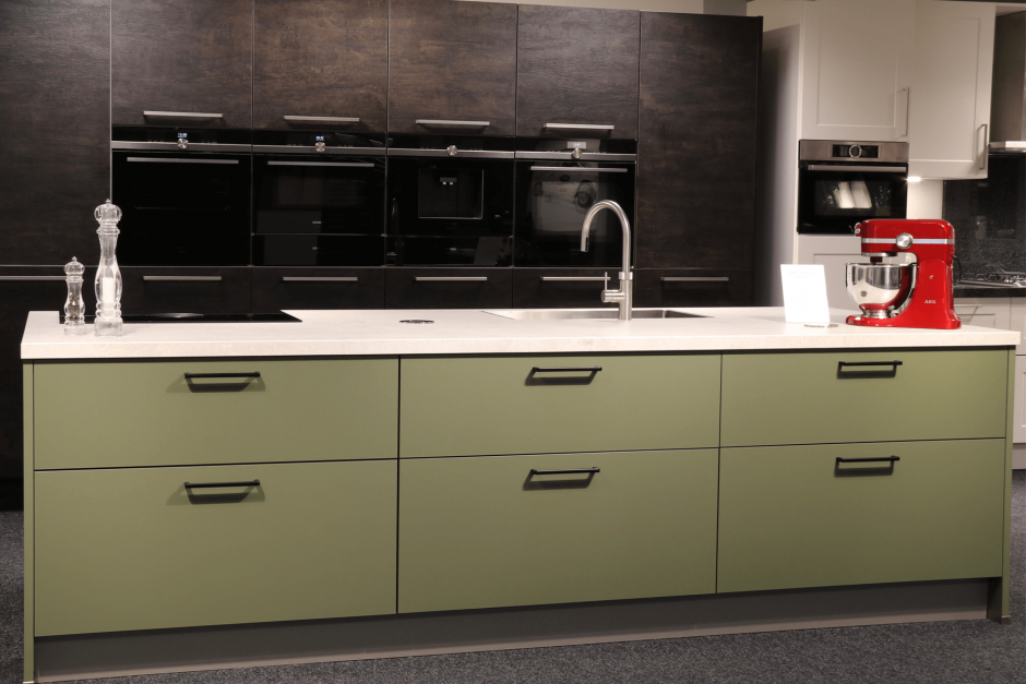 Moderne keuken rechte opstelling groen met inbouwapparatuur