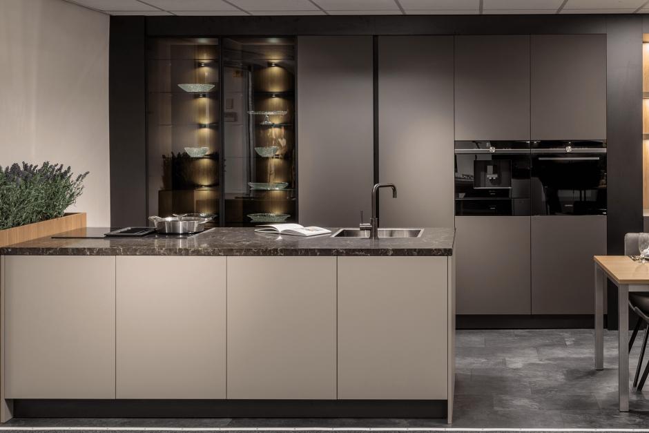 Moderne keuken met luxe vitrinekasten