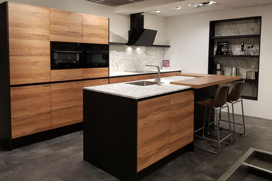 Moderne keuken met eiland en inbouwapparatuur