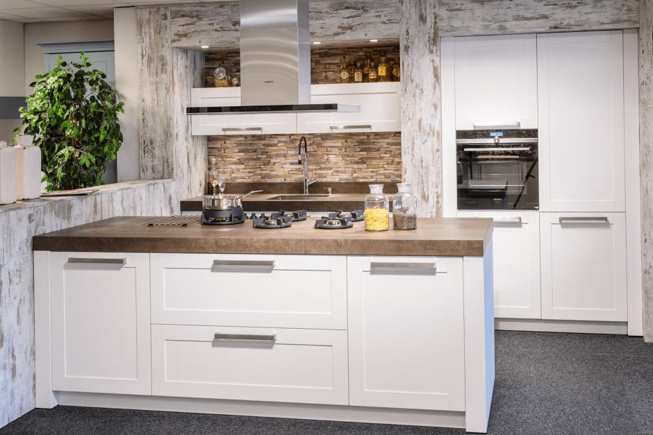 Landelijke keuken met eiland showroom model AANBIEDING