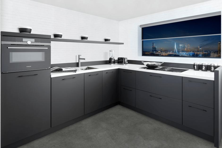 Strak moderne keuken hoekopstelling met Siemens InductionAir