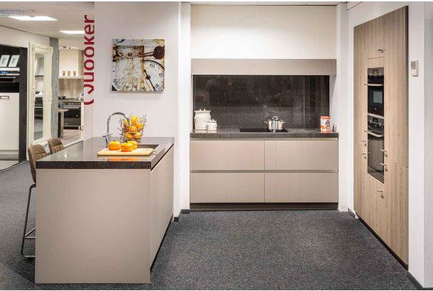 Moderne keuken greeploos met composiet stenen blad