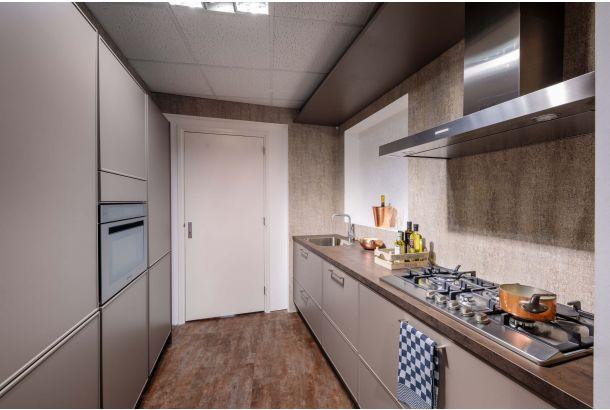 Moderne keuken compleet met inbouwapparatuur