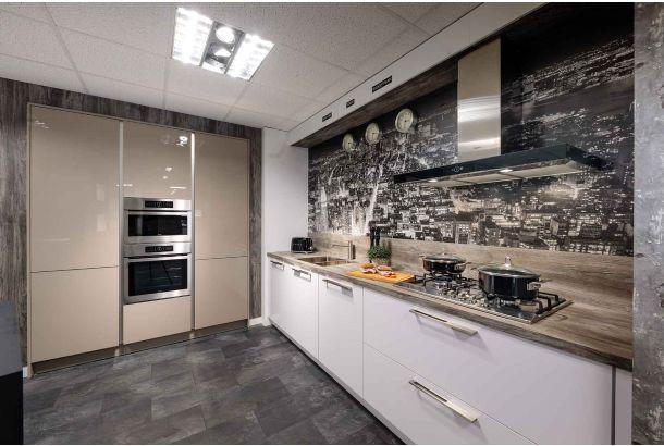 Moderne keuken met inbouwapparatuur en kastenwand