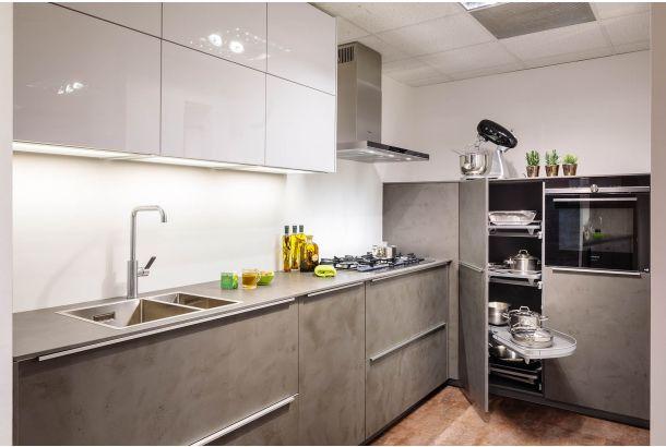 Moderne keuken beton/ wit met inbouwapparatuur