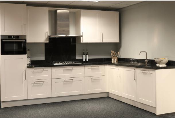 Moderne hoekkeuken met granieten werkblad en inbouwapparatuur