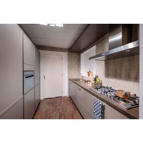 Moderne-keuken-met-klassiek-karakter-en-inbouwapparatuur