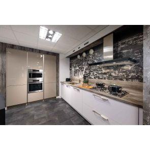Moderne-keuken-met-kastenwand-en-inbouwapparatuur