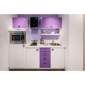 Moderne-keuken-compact-kleurrijk-met-inbouwapparatuur