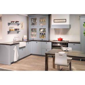 Landelijke-showroomkeuken-klassieke-details-met-inbouwapparatuur