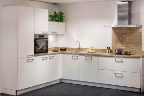 Moderne keuken hoekopstelling met inbouwapparatuur