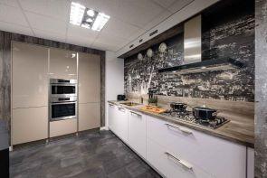 Moderne keuken met kastenwand en inbouwapparatuur