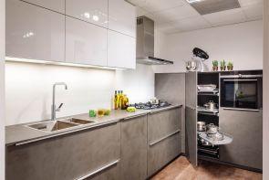 Moderne keuken beton en wit hoogglans Nolte met inbouwapparatuur