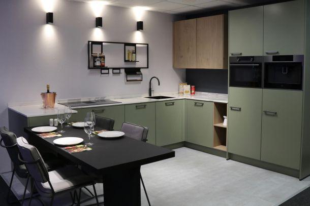 Moderne keuken in hoekopstelling groen