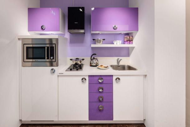 Moderne keuken compact kleurrijk met inbouwapparatuur
