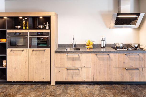 Industriële keuken met massief houten fronten en Neff inbouwapparatuur