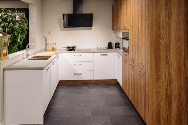Moderne keuken warm eiken ijswit met inbouwapparatuur