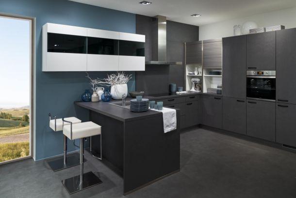 Moderne industriële U-keuken staalgrijs met zwarte grepen